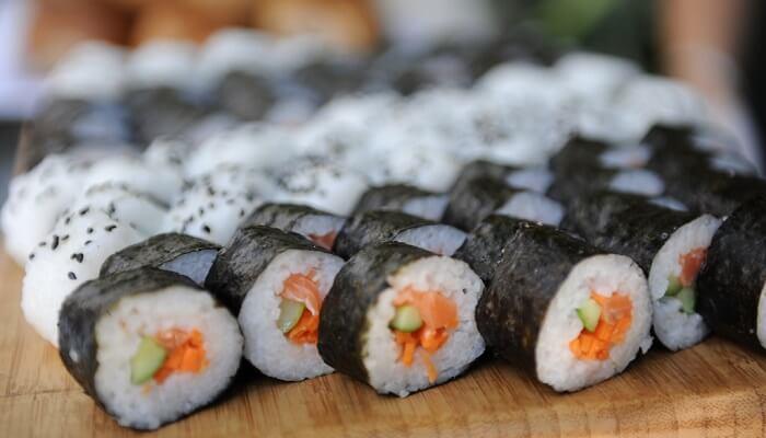 Quels sont les ingrédients nécessaires pour préparer des sushis ?
