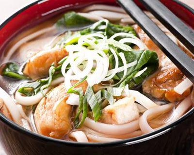 Comment préparer un plat de nouilles udon sautées ?