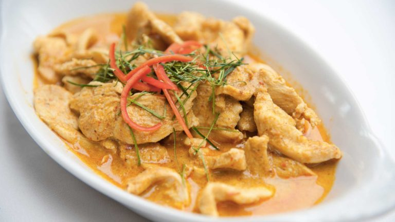 Comment préparer un curry thai au poulet ?