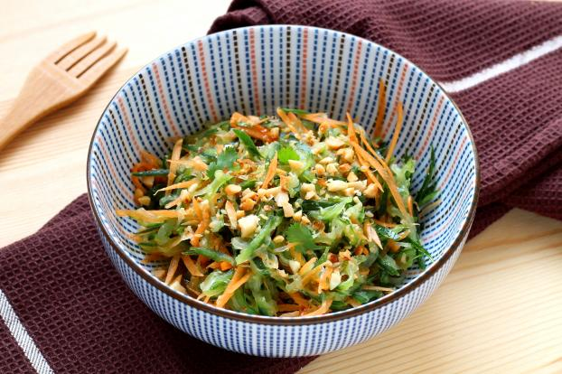 Préparer une salade thailandaise maison.