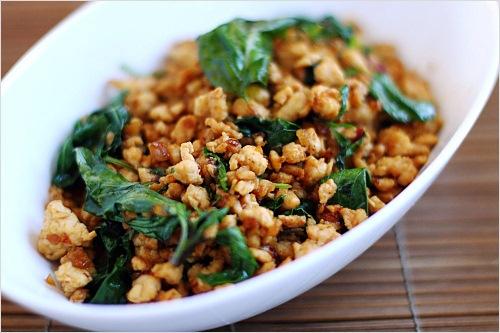 Comment préparer un poulet thai au basilic ?